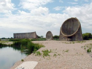 """Denge acoustic mirrors -March2005"" von Paul Russon. Lizenziert unter CC BY-SA 2.0 über Wikimedia Commons"