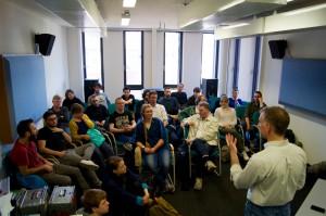 Eric Leonardson und die Teilnehmer des Workshops (Foto: Sebastian-Thies Hinrichsen)