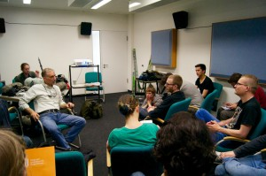 Abschlussbesprechung mit Eric und den Teilnehmern des Workshops (Foto: Sebastian-Thies Hinrichsen)
